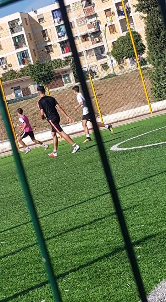 Joué football
