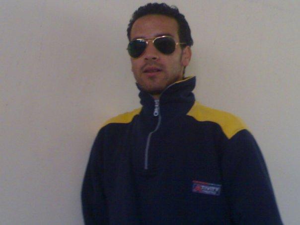 slt je suis issmail de marrakech je cherche un contrada de travail en itlalie n'importe quuille domaine je suis universite